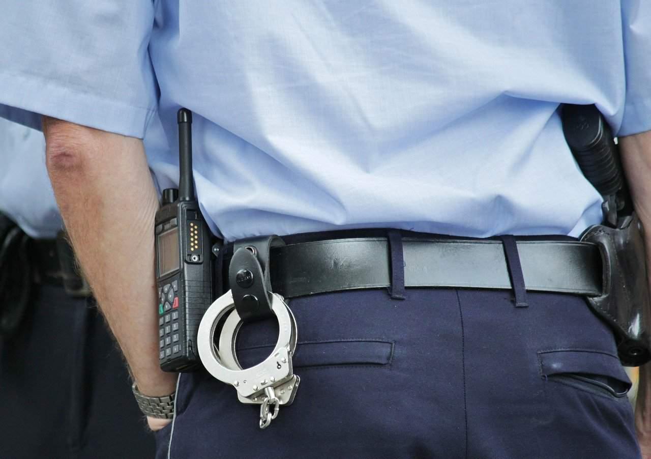 תמונה: אחוריים של שוטר במדים