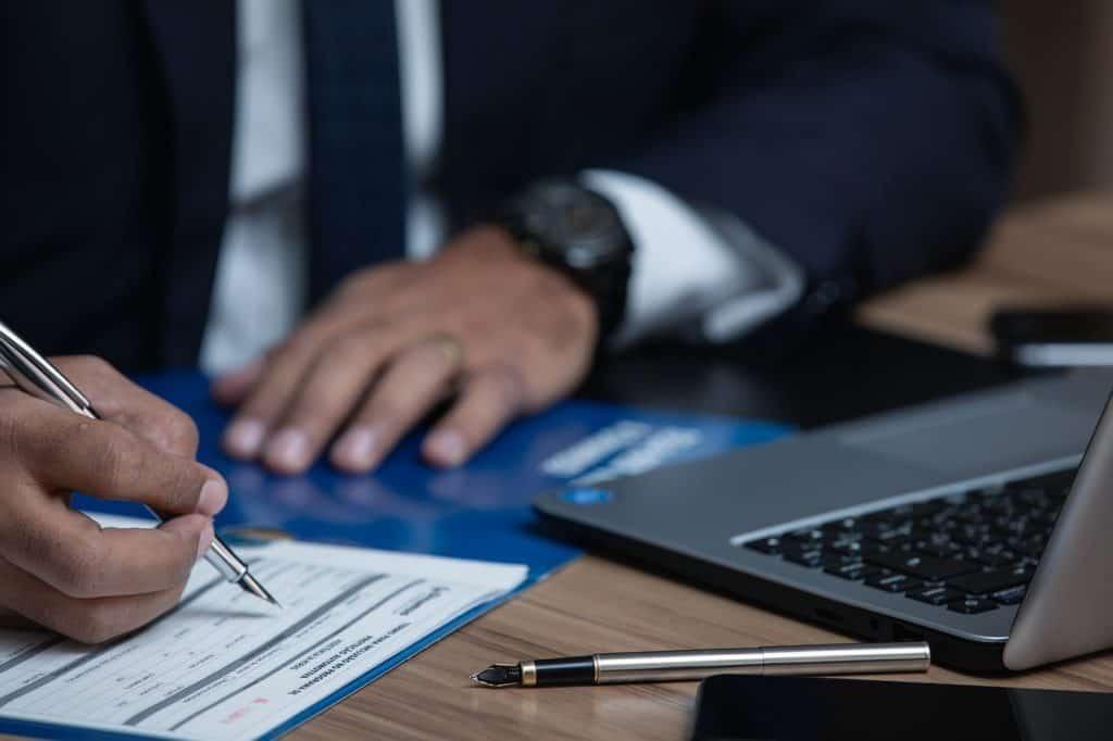 עורך דין חותם על טופס צוואה